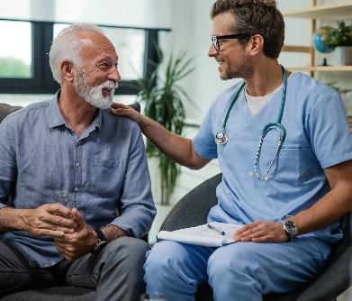 Médico tratando paciente