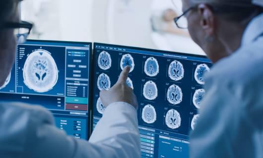 neurólogo haciendo exámenes médicos